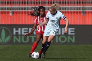 Jonna Andersson competes for the ball with Ludmilla.