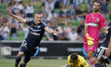 Melbourne Victory close on A-League leaders with emphatic win