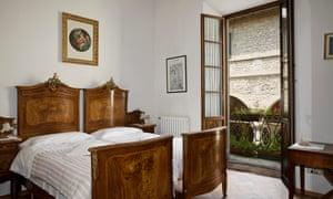 Buona notte: a comfy bedroom in Portico di Romagna.