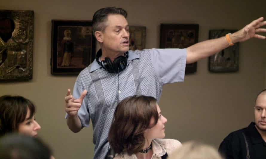 Demme on the set of Rachel Getting Married, with Anne Hathaway.