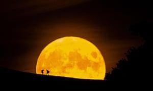 A moon rise against a dark sky