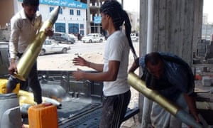 Militia unloading shells