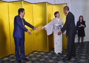 Japanese Prime Minister Shinzo Abe (L) and his wife Akie Abe invite President Barack Obama to pose for a portrait