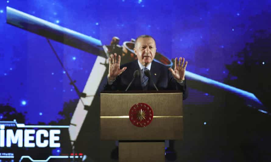 Erdoğan announced his plans in a live televised event with special effects.