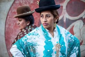 Bowler-hatted cholitas La Paz