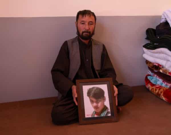 عبدالرحیم ، از دایکندی در افغانستان ، تصویری از پسر 22 ساله اش نسیم ، یکی دیگر از قربانیان کشتار ماخ را در دست دارد.