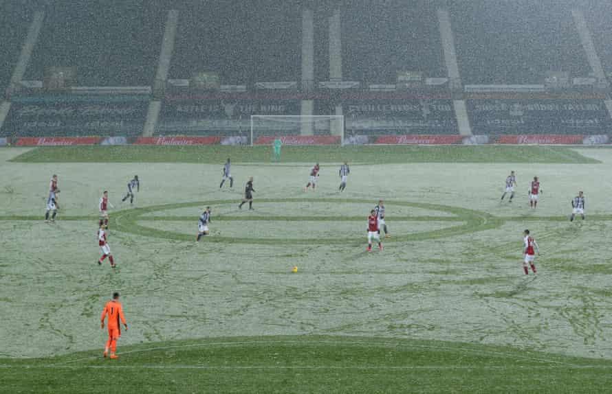 karın ortasında maçın bir görüntüsü.