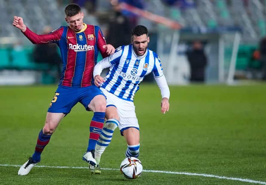 Mikel Merino compite por el balón con Clement Lenglet del Barcelona el mes pasado.