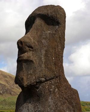 Uma estátua de pedra moai na pedreira de Hanga Roa.