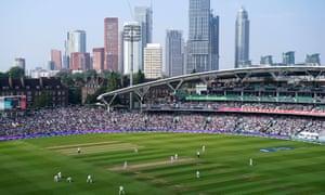 Un campo da cricket ovale con edifici alti sullo sfondo