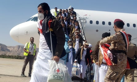 Another transfer flight releases former prisoners at Seiyun airport, Hadhramaut, Yemen, on 15 October.