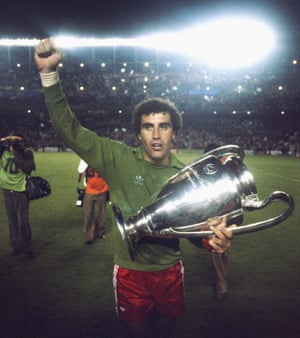 Shilton celebrates with the trophy after Forest's 1980 European Cup win at the Bernabéu.