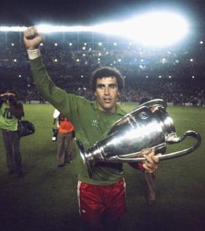 Shilton celebra con el trofeo después de la victoria de Forest en la Copa de Europa de 1980 en el Bernabéu.