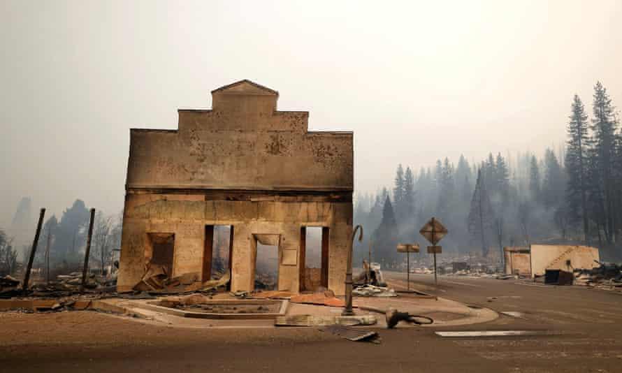 Ein brennendes Geschäftshaus nach dem Dixie Fire in Greenville.