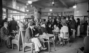 Yates's Wine Lodge in Blackpool, June 1977.