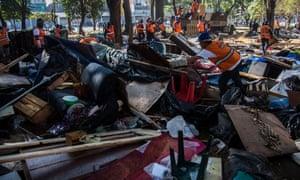 Funcionários da prefeitura removem os barracos da praça Princesa Isabel depois das últimas operações da polícia. Fotografia: Nelson Almeida/AFP/Getty Images