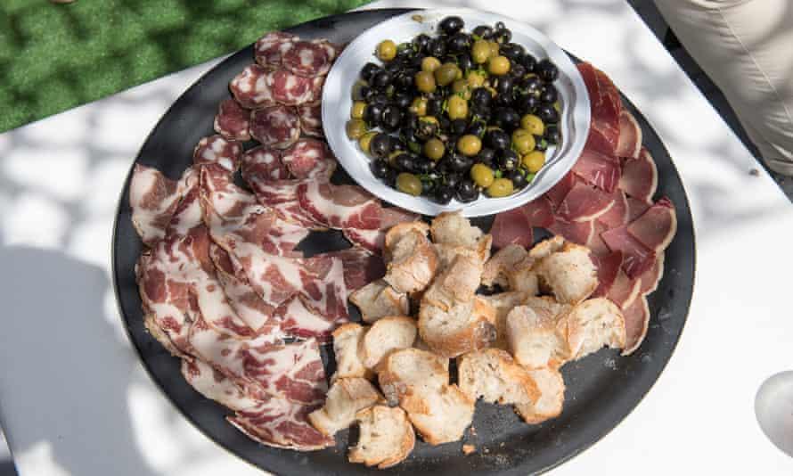 Corsican charcuteriePlat typique de pain, olives et charcuterie