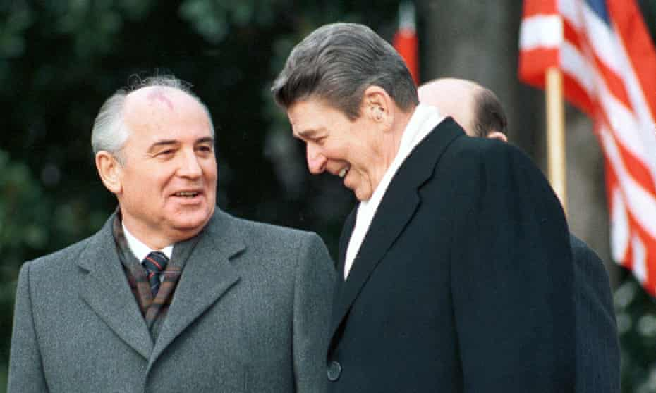President Ronald Reagan (R) with Soviet leader Mikhail Gorbachev in Washington in December 1987.