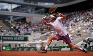 Stefanos Tsitsipas wins the first set.