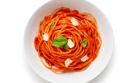 Spaghetti is the recommended pasta type for absorbing a smooth and simple tomato sauce.