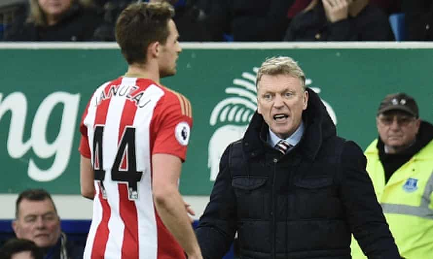 Sunderland manager David Moyes shouts from the touchline during their defeat at Everton.