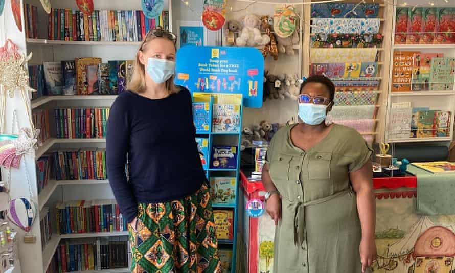 Personal enmascarado en la librería Moon Lane, Ramsgate