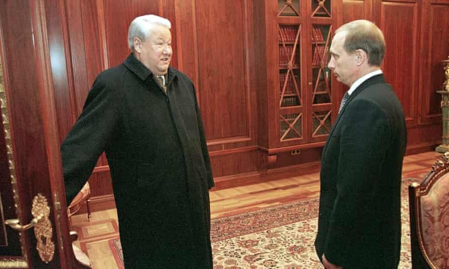 Boris Yeltsin (left) on the day he resigned as Russian president and was succeeded by Putin (right). 31 dec 1999