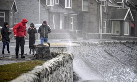 Rain and gales across UK over weekend as temperature drops