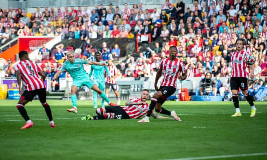 Leandro Trossard scores Brighton's late winner.