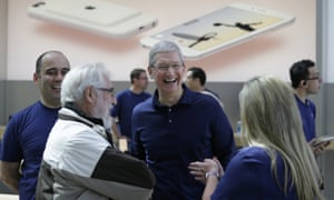 tim cook at apple store