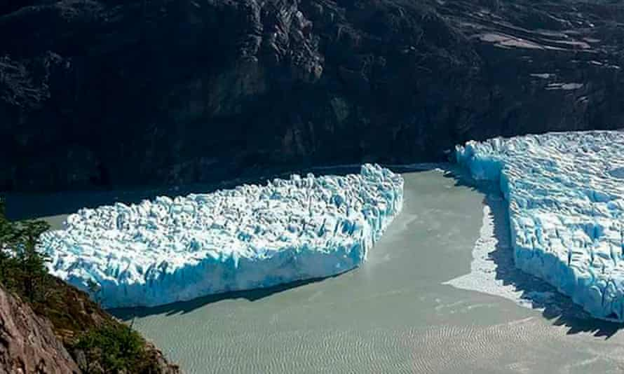 The iceberg floating free in a glacial lagoon