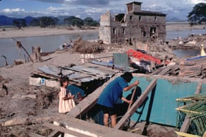 Residents of Choluteca after Hurricane Mitch ravaged their town in 1998. The storm left at least 8,000 people dead.