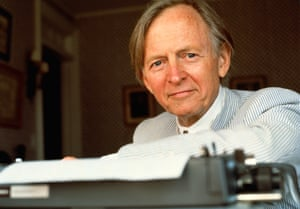 Tom Wolfe pictured with his typewriter in 2000