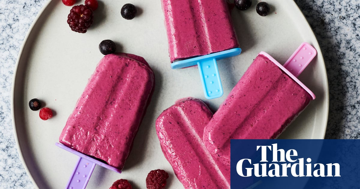 Liam Charles recipe for breakfast berry smoothie popsicles