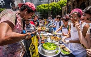 Agricultores, cozinheiros e ativistas de segurança alimentar preparam banquete de protesto contra a farinata de Doria. Foto: NurPhoto/NurPhoto via Getty Images