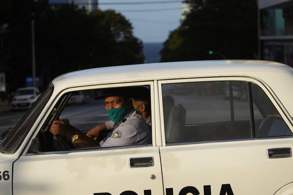 Polizeiposten auf den Straßen außerhalb der Hauptstadt halten jeden auf, der keine besondere Reisegenehmigung hat, die nur unter außergewöhnlichen Umständen erteilt wird. | Bildquelle: https://www.theguardian.com/world/gallery/2020/sep/03/coronavirus-curfew-in-havana-cuba-in-pictures © Ramón Espinosa/AP | Bilder sind in der Regel urheberrechtlich geschützt