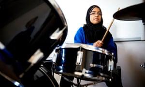 Abiha Nasir en la batería