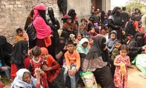 مسلمانان روهینگیایی از میانمار در خارج از مسجدی در جامو در کشمیر ، هند.