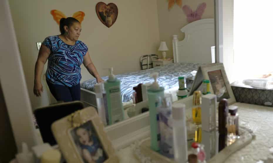 Lidia Vilorio, asistente de salud en el hogar, hace la cama para su paciente en Haverstraw, Nueva York.  El American Jobs Plan de Biden incluyó $ 400 mil millones para crear empleos y aumentar los salarios de millones de mujeres de color que trabajan como cuidadoras de ancianos y discapacitados.