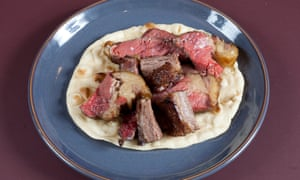 Cubes of beef on a round blue plate