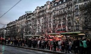 Paris commuters queue