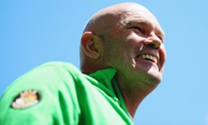 Former New Zealand cricketer Martin Crowe, who has died of cancer aged 53.