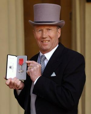 Colin Bell a reçu un MBE en 2005.