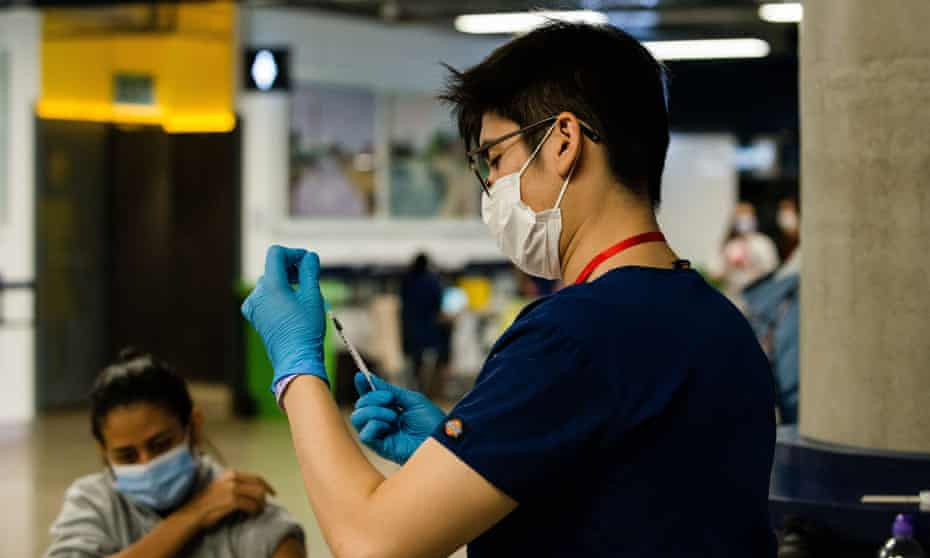 A medical worker prepares a dose of the Pfizer/ BioNTech Covid vaccine