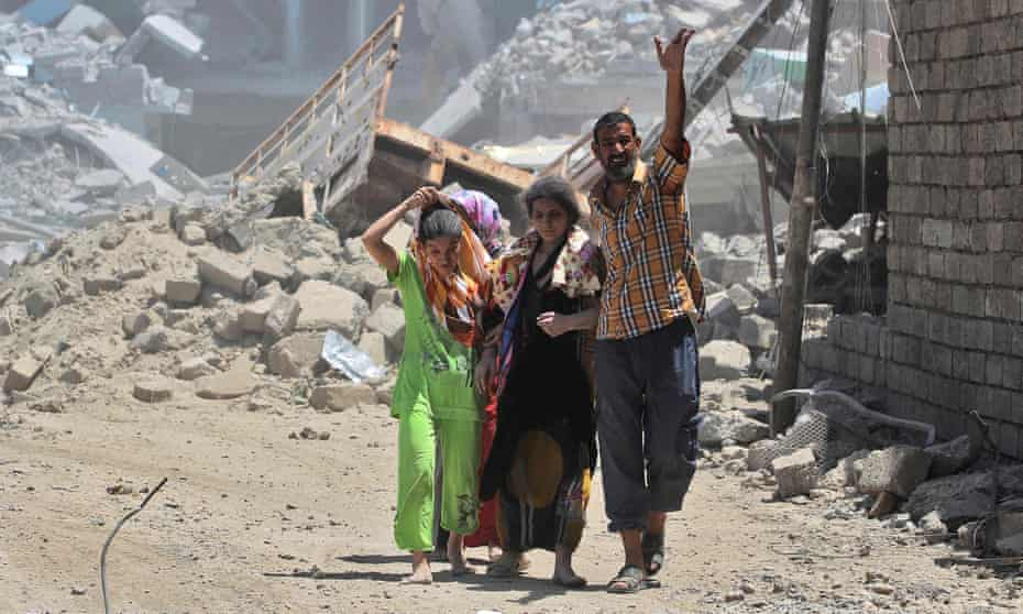 Iraqis flee from the Old City of Mosul
