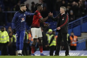 Olivier Giroud and Ole Gunnar Solskjaer congratulate Paul Pogba at the end of the match.