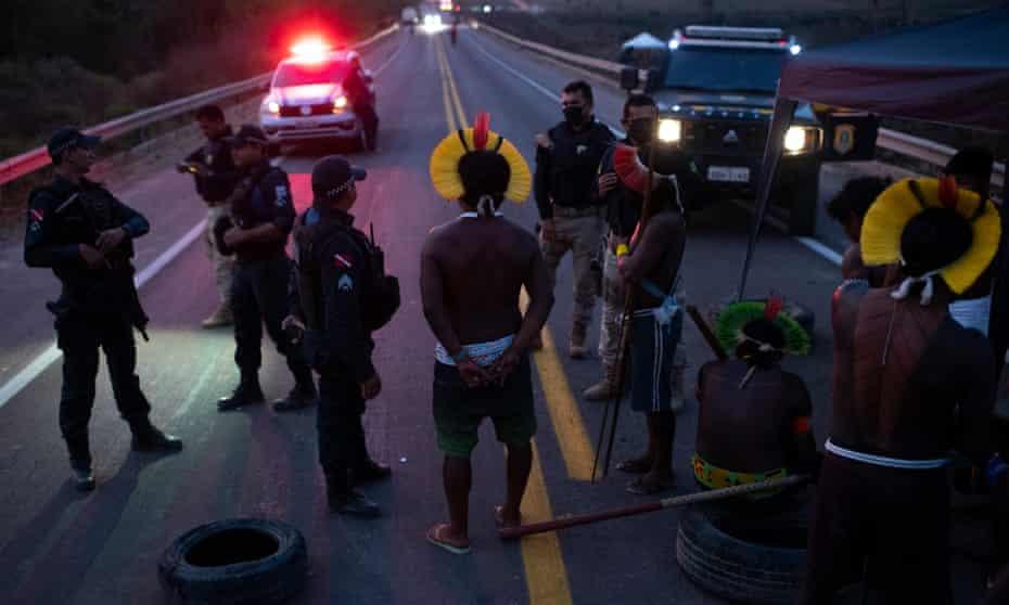 Kayapó protest that blocked the BR-163 road near Novo Progresso, Pará, on 17 August.