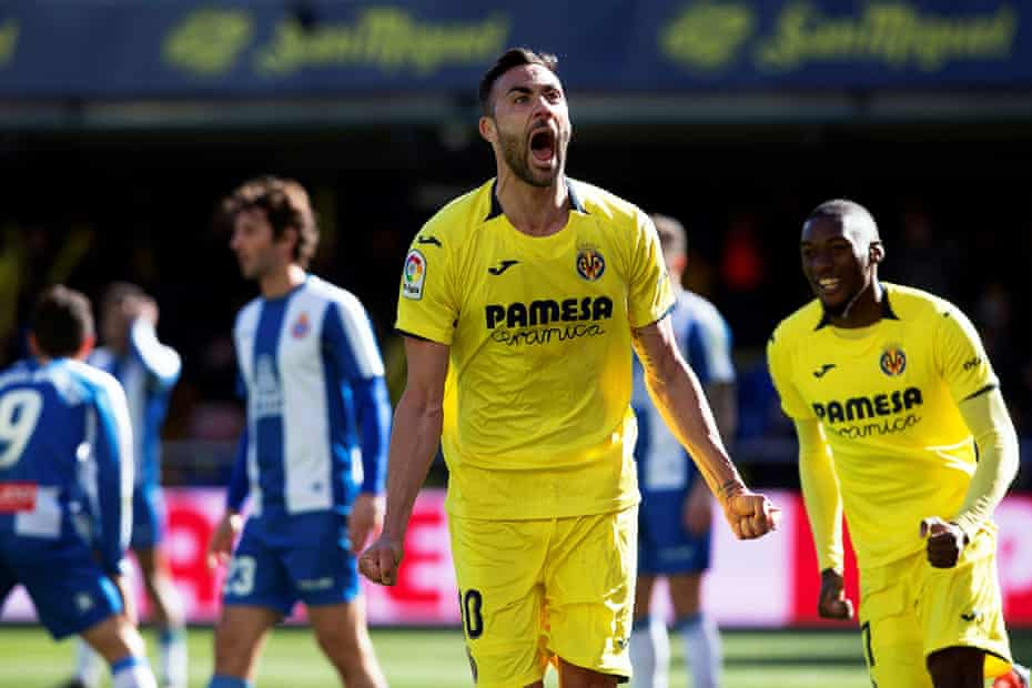 Vicente Iborra celebrates after scoring in the game against Espanyol.