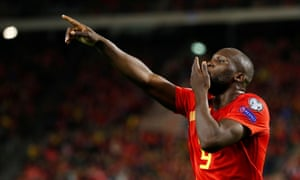 Which strikers are looking up at Romelu Lukaku in the scoring charts?