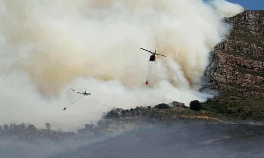 Helicópteros combaten un incendio que ha estallado en las laderas de Table Mountain en Ciudad del Cabo